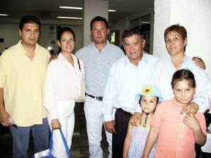 Después de visitar a sus familiares regresaron a México, Georgina Alcaraz y Miguel Ángel Toledo, los despidieron Isabel Sierra, Elías Alcaraz, Elías Jr, Brenda y Paulina.