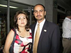 <b> <u> 30 de marzo </u></b> <p> Para atender asuntos de negocios se trasladó a Ciudad de México, Héctor Haymerich, lo despidió Nancy Morales.