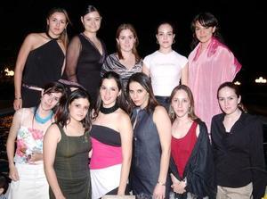 Michelle Leal Jardón fue despedida de su soltería, la acompañan algunas asistentes a su festejo.