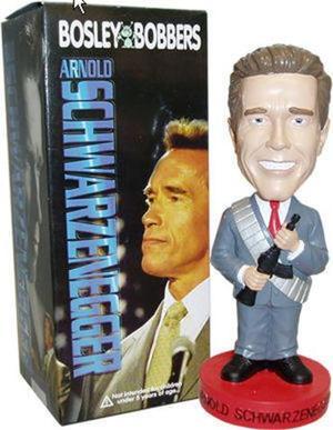 Un muñeco del gobernador de Califonia Arnold Schwarrzenegger es presentado con rifle y traje y se vende por $20 dólares en Ohio.