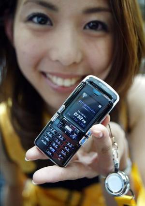 Ntt Docomo de Japón promociona el Premini el más pequeño móvil del mundo en Tokio.   Tiene un tamaño de  90mm de largo x 39mm de ancho  y 19mm de delgadez, pesa 69 gramos. El Premini puede conectarse a a una velocidad de 9,600 bps y tendrá un valor de $133 dólares.