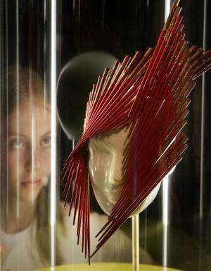 Una niña admira una diseño contemporáneo para el cabello en una exhibición de cabello en el Museo Natural de Historia de Londres. Las pelucas contemporáneas eran diseñadas según la personalidad de cada individuo.