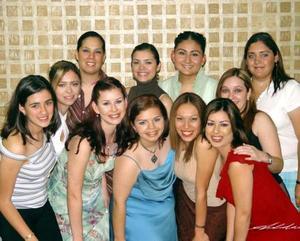 Sonia Elizabeth Navarro Díaz acompañada de sus amigas, en su despedida de soltera.