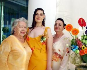 <u><b>01 de abril </b></u> <p> Cynthia de la Peña Seijas acompañada de Rosa María Jiménez Estrada y Elizabeth Seijas de De la Peña, abuelita y mamá respectivamente.