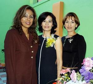 En días pasados fue organizada una despedida de soltera en honor de Patricia Landeros Huereca, la acompañan  las organizadoras del festejo, Dora Muñoz y Brenda Muñoz.
