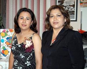 Sandra Esparza en compañía de la anfitriona de su despedida de soltera, Patricia García de Enríquez.