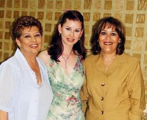 <u><b>02 de abril </b></u> <p> Sonia Elizabeth Navarro Díaz junto a Sonia Díaz de Navarro y Alicia Pérez de Díaz.