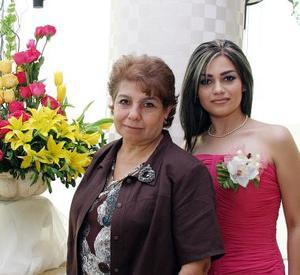 La cercana contrayente Nora Alba Acosta en compañía de su mamá, la señora Emilia Acosta de Alba.