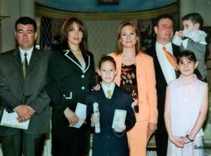 El niño Ángel de Jesús Aguirre Piña recibió la Sagrada Eucaristía de la Comunión el 27 de marzo de 2004, lo acompañn sus padrinos y demás familiares.