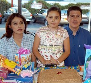 Fernanda Marroquín Manríquez acompañada de sus papás, Rocío Manríquez de Marroquín y Fernando Marroquín Barrera en el festejo que le ofrecieron por su cumpleaños.