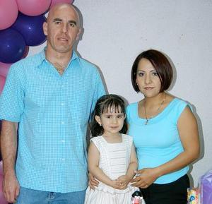La pequela Natalia Estrada García festejó su cumpleaños en compañía de sus papás Rolando Estrada y Sandra García.