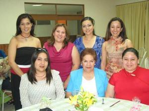Señorita Monserrat Gallegos Palacios en compañía de sus amigas, en la despedida de soltera que se le ofreció por su cercano enlace matrimonial.