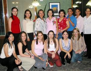 <u><b> 02 de abril </u> </b><p> Elizabeth Gutiérrez de Martínez acompañada de algunas de las asistentes a su fiesta de canastilla.