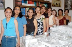 Carla Azucena Corral Ibarra acompañada de sus amigas en su despedida de soltera.