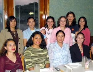 Alejandra Ornelas de Hernández acompañada de algunas de las invitadas a su fiesta de regalos.