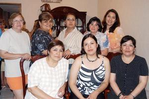 <u><b> 03 de abril </u> </b><p>  Adriana Karina Ramírez Estrada, en compañía   de un grupo de asistentes a su despedida  de soltera