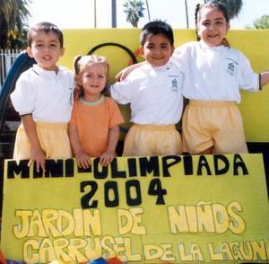 Andrés Silva Favila, América Bujanda, Gaspar Favila y Valeria Bujanda captados en las mini olimpiadas que organizó el Jardín de Niños Carrusel de La Laguna.