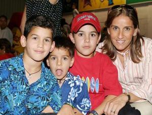 Andrés, Luis y Diego Medrano Diez junto a su mamá Paulina Diez de Medrano.