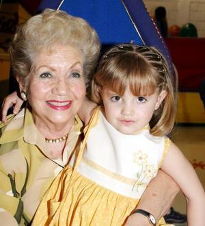 Isabela Fernández Teele celebró su tercer cumpleaños, la acompaña su abuelita María Isabel Abrosa de Teele.