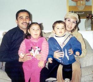 Pedro González Rodríguez y Milagros Ávila de González celebraron su cuarto aniversario de matrimonio con una grata reunión junto a sus hijos María Fernanda y Pedro III.