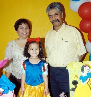 Sofía Espinoza Carillo junto a sus papás José Espinoza Silva y Mara Carrillo de Espinoza en la fiesta de cumpleaños que le organizaron.
