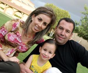 Con una divertida piñata festejaron a la niña Luisa Aguilera López; sus papás, Eva López de Aguilera y Jaime Aguilera en días pasados.