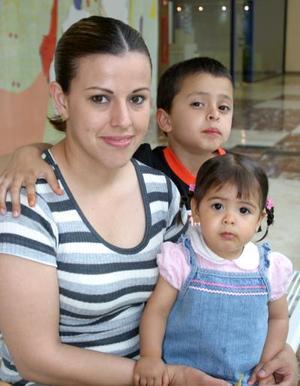 <b><u>05 de abril </b></u><p> Verónica de Huízar junto a sus hijos Valeria y Carlos Huízar.