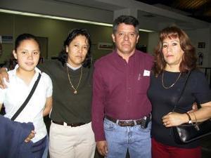 <b> <u> 05 de abril </b></u> <p>  Elisa Vázquez y María Fernanda Arellano viajaron a Los Ángeles y fueron despedidas por Fernando Arellano y Arcelia Vázquez.