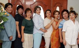Carmen Stevane de la Cruz acompañada de sus hermanas, sus amigas e hijas en su fiesta de cumpleaños.