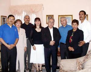 Edmundo Morales, María Esther de Morales, Baltazar Vázquez, Gloria Rivas, Jorge Ríos, Yolanda de Ríos junto al Obispo de Torreón José Guadalupe Galván Galindo