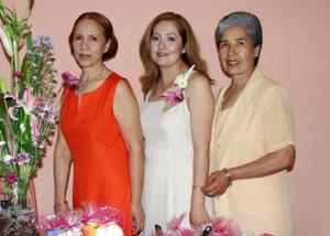 <u><b>05 de abril </b></u> <p>  Sandra Magaly Sifuentes Lara en la fiesta prenupcial que le organizaron Evangelina Lara de Sifuentes y Doris de González.
