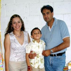 Eduardo Silva Quiñones en compañía de sus papás Felipe Silva Llamas y Ana Quiñones de Silva.