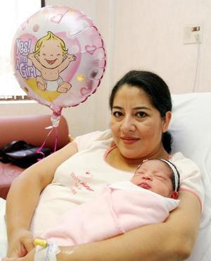 <b><u>08 de abril </b></u><p>  Marissa de González y su recién nacida Ana Cristina González.
