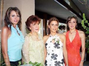 Ana Cristina García Maisterrena en compañía de Verónica García, Eva María Maisterrena y Eva María García.
