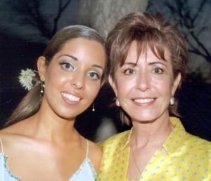 <u><b>06 de abril </b></u> <p> Daniela Valencia Correa acompañada de su mamá señora Dulce María Correa de Valencia el día de su despedida de soltera.