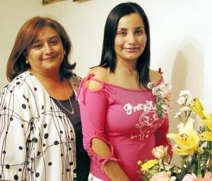 <u><b>07 de abril </b></u> <p> Harummy de la Cruz Romero acompañada de Mireya Romero de De la Cruz en su despedida de soltera