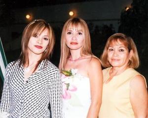Karla Belem Ramíerz Fernández con sus hermanas Edmee y su mamá Consuelo en su despedida de soltera.