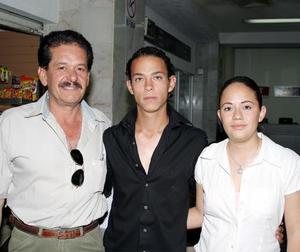 <b><u> 06 abril </b></u><p> Salvador Rivapalacios, Alberto Campos y Sandra Figueroa.