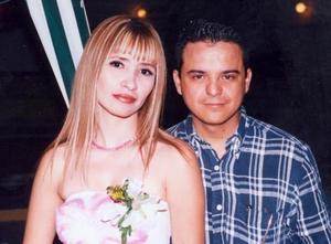 Karla Belem Ramírez Fernández acompañada de su novio Humberto Galindo Valdés con quien contraerá matrimonio en abril de 2004