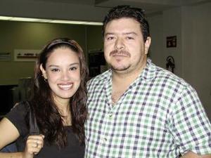 <b> <u> 06 de abril </b></u> <p> Partió de vacaciones a San Diego, California, Lorena López, la despidió Ángel Herrera