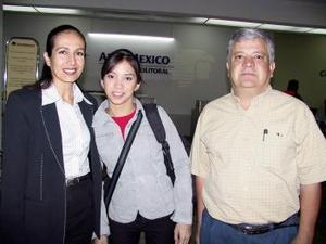 <b> <u> 07 de abril </b></u> <p> Sally Katsicas fue despedida por Gerardo y Salomé Katsicas antes de viajar a Inglaterra.