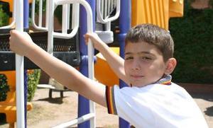 """<u> Fernando Yamallel Elizondo</u> Él estudia segundo año de primaria. Platicó que sus maestras favoritas son Miss Cecy y Miss Lichita, a las que considera muy buenas maestras.  Respecto a sus vacaciones de Semana Santa, dijo que irá a visitar a unos primos a la ciudad de Monterrey, """"me divierto mucho con ellos y de vez en cuando vamos para allá"""". Sus papás son Fernando González y Elsa Adriana y tiene un hermano que se llama Héctor, quien también irá a la ciudad de Monterrey, Nuevo León de vacaciones."""