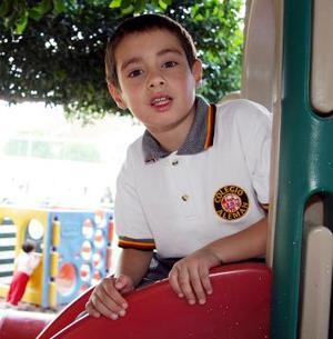 """<u> Christopher Eduardo Briones Daccarett </u> Él nos dijo que irá a Monterrey, donde se encuentra Plaza Sésamo, -un parque de diversiones-. """"Me encanta Plaza Sésamo y ya me quiero ir"""".  Sus papás son Álvaro Briones y Valeria Daccarett, a los cuales –comentó- quiere mucho, mucho. De sus deportes favoritos mencionó la natación, actividad que practica regularmente en la alberca de su colegio."""