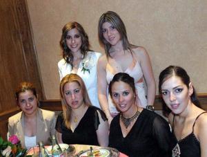 <u><b> 09 de abril </u> </b><p>Laura Garza Abdo acompañada de sus amigas Bárbara Duéñez, Sofía de Marcos, Aída de Bitar, Karla de Diego y Gabriela de Sánchez, en su despedida de soltera