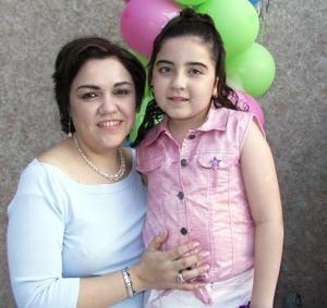 Regina Villarreal en compañía de sus mamá Guadalupe de Villarreal en el festejo que le ofreció por su cumpleaños