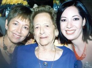 Ada Sonia Flores Rincón junto a su mamá, Sonia Rincón de Flores y su abuelita, Esperanza Castañeda Vda de Rincón, en su despedida de soltera