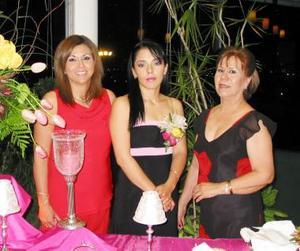 Viviana Borrego Guerrero, acompañada de las organizadoras de su despedida de soltera.