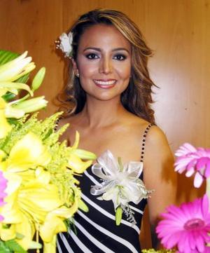 <u><b>11 de abril </b></u> <p> Elva Ileana Chavarr Martínez captada en su despedida de soltera
