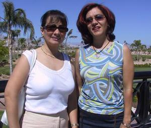 Martha de Noriega y Guadalupe de Goitortua disfrutan de las vacaciones en un club