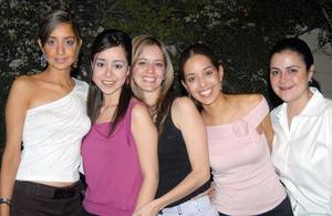 Daniela Valencia acompañada de sus amigas en la despedida de soltera que le ofrecieron